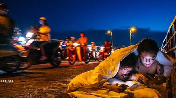Bộ ảnh cưới chăn gối giữa đường: 'Bột phát của cá nhân'