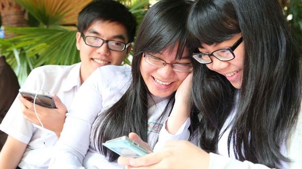Học sinh dùng điện thoại trong giờ học: Trông chờ tự giác?