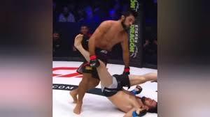 Võ sĩ hạ knock-out đối thủ bằng đòn upkick hiểm hóc