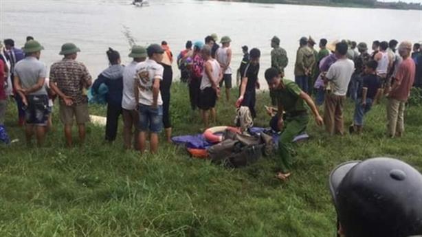 Tài xế cứu cô gái bị rơi sông, cả hai tử vong
