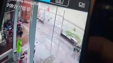 Camera ghi cảnh người phụ nữ bị sụp xuống mương mất tích
