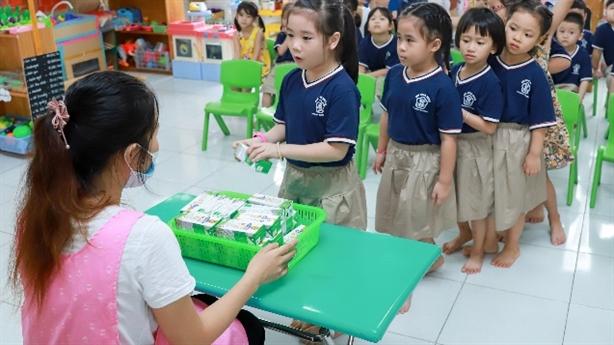 Học sinh Đà Nẵng uống sữa học đường ngay ngày tựu trường