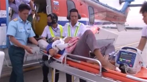 Trực thăng đưa ngư dân về đất liền cấp cứu
