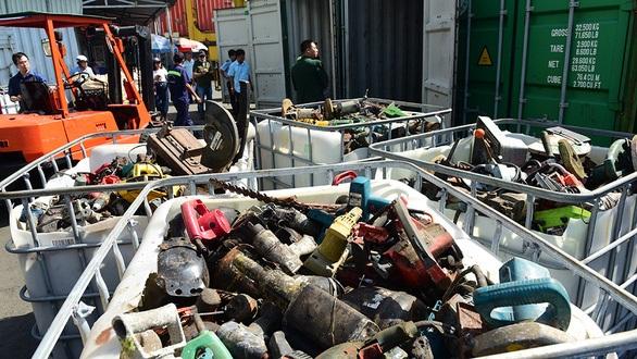 600 container phế liệu nằm cảng: Lo thành 'bãi rác' thế giới