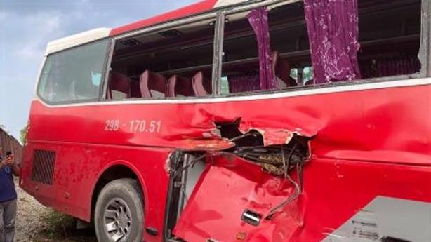Nhân chứng kể lại phút xe chở học sinh bị tàu đâm