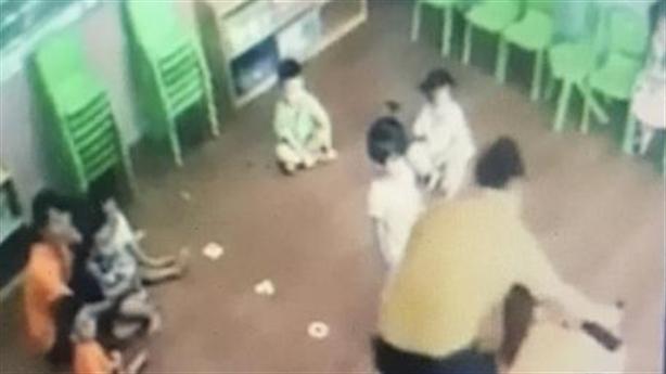 Phụ huynh đánh bé gái: Tạm dừng trông con người đánh