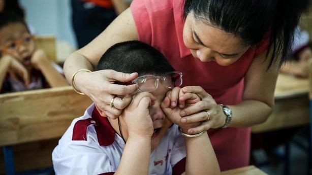 Chương trình lớp 1 nặng: Tại phụ huynh áp lực cho con?