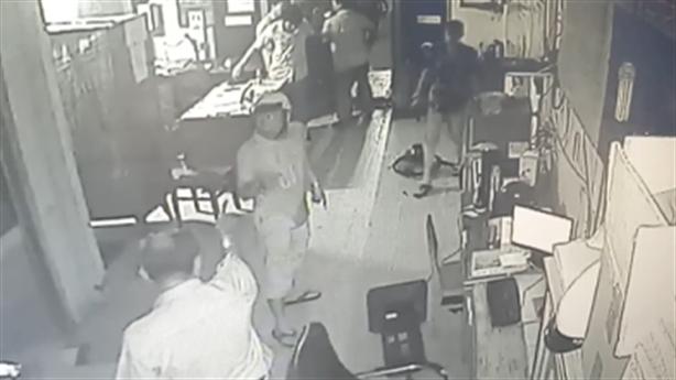 Cả nhóm đánh nhân viên bến xe dã man