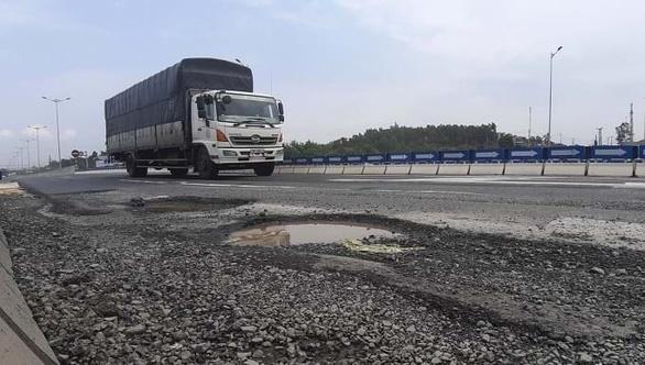 2.700m2 đường cao tốc Quảng Ngãi - Đà Nẵng tiếp tục hư hỏng