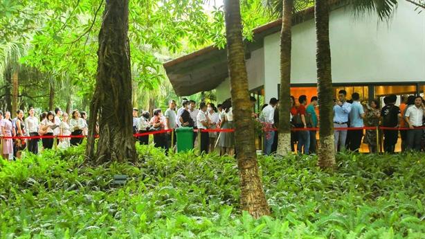 Khách xếp hàng cả cây số xem mẫu và mua nhà Ecopark