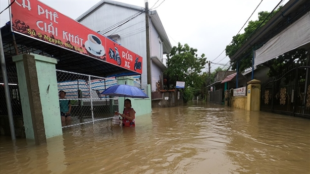 Miền Trung ngập trong biển nước, mưa lũ diễn biến phức tạp