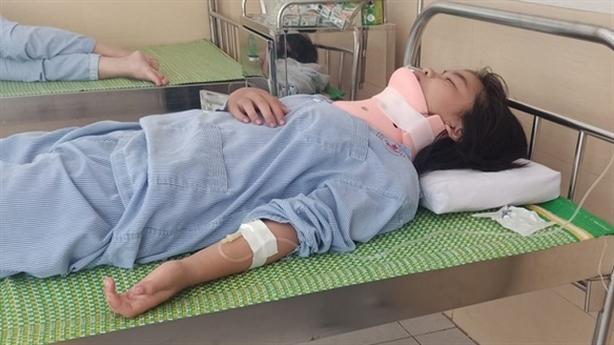 Nữ sinh bị đánh chấn thương cột sống cổ: Ai tung clip?