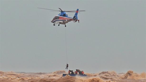 Đặc công nước giải cứu các thuyền viên tàu Vietship 01