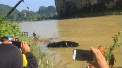 Chở người đi ăn giỗ lao xuống sông, 3 người tử vong