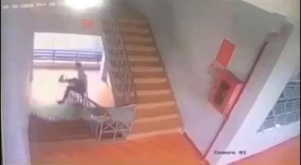 Nam sinh tử vong vì...trượt tay vịn cầu thang: 'Thích trượt ván'