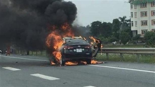Khách hút thuốc trên xe, taxi cháy trơ khung