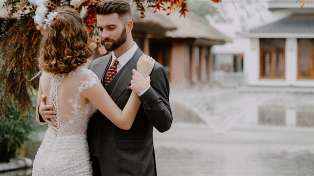"""Lý do các cặp đôi """"mê mẩn"""" tiệc cưới tối giản"""