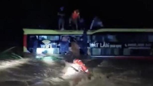 Cuộc giải cứu 18 người trên xe khách bị lũ cuốn trôi