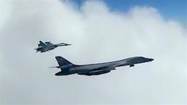 MiG-31 và Su-35 kẹp B-1B trên Biển Bering