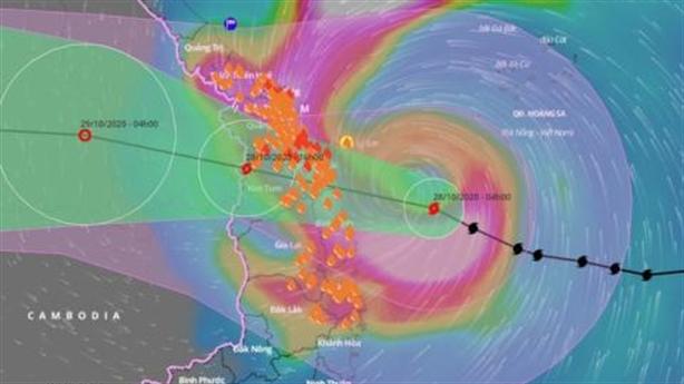 Siêu bão Molave áp sát đất liền: Gió mạnh chưa từng thấy