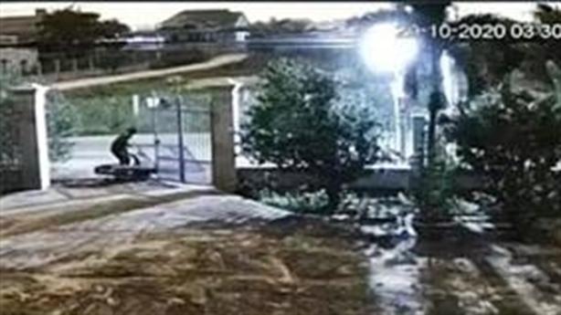 Trộm bị cổng đè vào người vẫn quay lại trộm xe