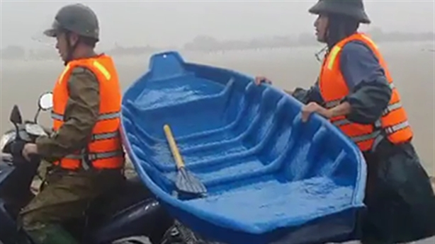 Công an giữ thuyền chạy theo xe máy 2km đi cứu dân