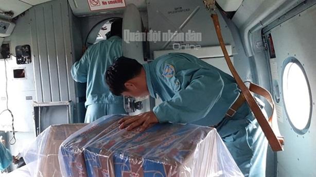 Mi-171 thả hàng cứu trợ dân xã Phước Sơn