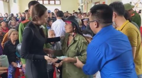 Thủy Tiên tiếp tục trao tiền hỗ trợ: Ưu tiên người già