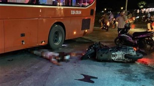 Băng qua đường, xe khách va chạm với xe máy