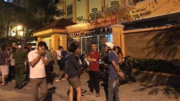 Phụ huynh phản ứng bữa ăn bán trú: Vây trường trong đêm