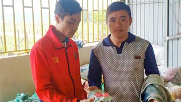 Cứu trợ miền Trung gặp lũ: Tỏa sáng tình người Việt