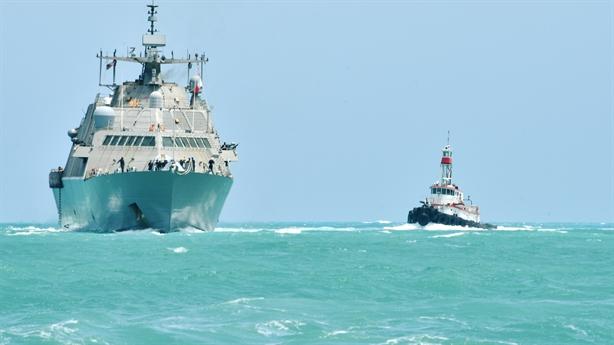 Mỹ chật vật kéo tàu tàng hình về cảng vì chết máy