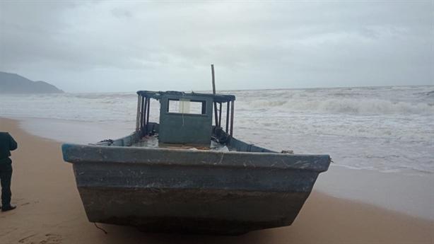 Thuyền có vật in chữ Trung Quốc dạt vùng biển Thừa Thiên-Huế