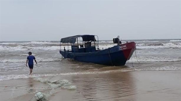 Tàu không người lái dạt bờ biển Quảng Trị: Nghi tàu TQ