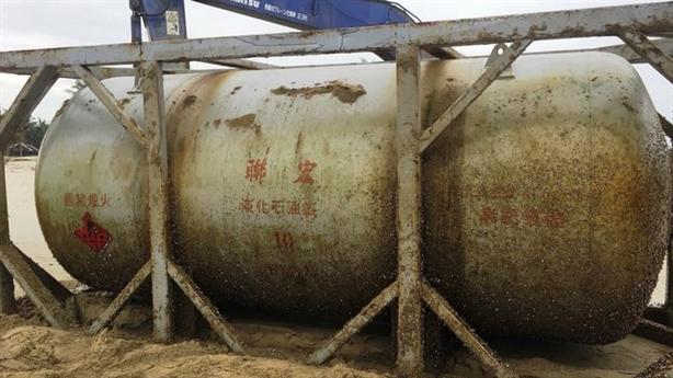 Bồn hóa chất in chữ TQ dạt biển: 'Chất khí nguy hiểm'