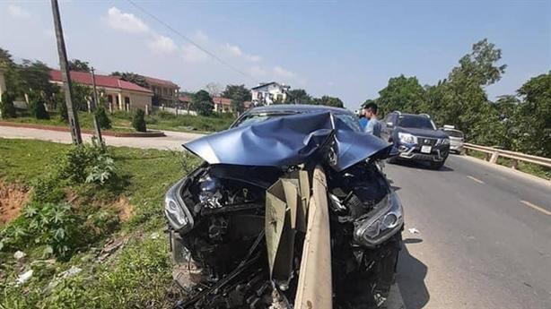Dải phân cách đâm xuyên thủng ôtô: Người vợ lái?