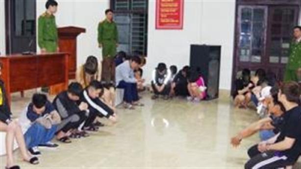 10 cô gái thác loạn cùng 29 thanh niên trong khách sạn