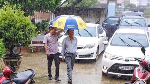 GĐ Sở đi chống bão có người che ô: Đi vội vàng