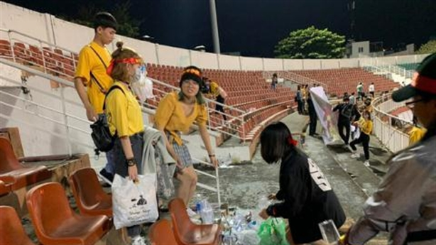 Khán giả dọn rác sau trận cầu ủng hộ miền Trung