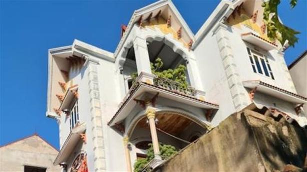 Nhà 3 tầng lọt hộ nghèo: Người thân cán bộ?