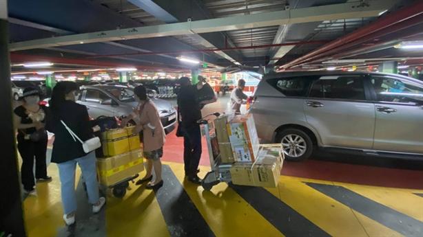 Phân làn ôtô vào sân bay: Sao để người dân chịu thiệt?