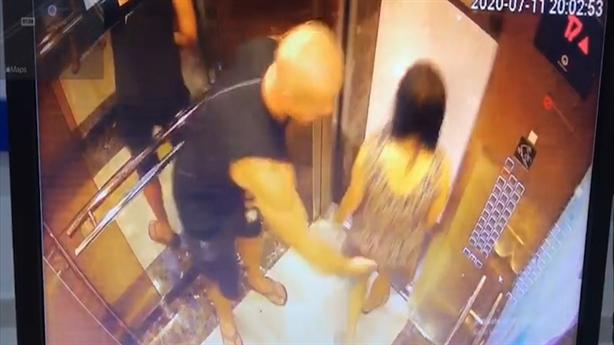 Người đàn ông nước ngoài vỗ mông phụ nữ trong thang máy