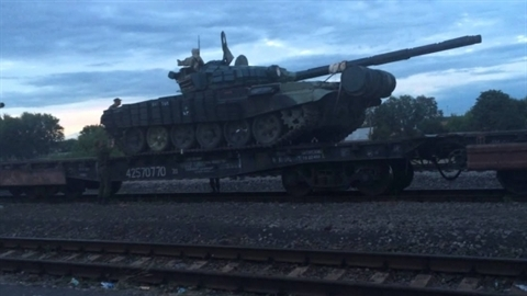 Ukraine kéo 100 xe tăng, UAV và MLRS đến sát Donbass