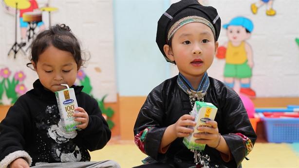 Đến trường với niềm vui uống sữa của trẻ nghèo Hà giang