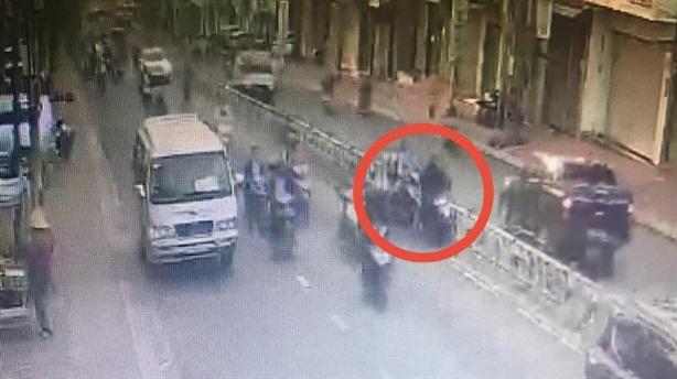 Nam sinh tông xe vào Hiệu phó rồi chạy: 'Sợ muộn học'