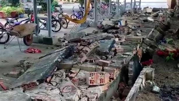 Gần 30m tường trường học đổ sập: 'Không bê tông cốt thép'