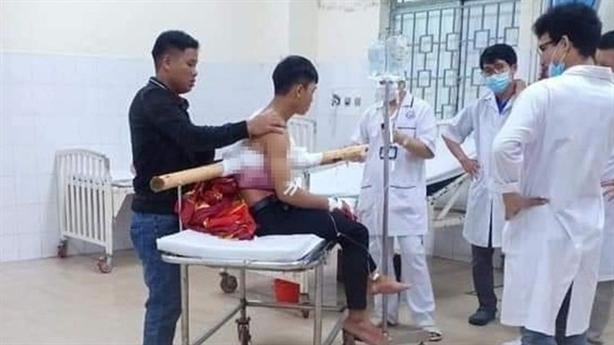 Nam sinh bị cây keo đâm xuyên người dần hồi phục
