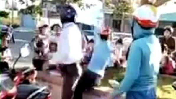 Đánh tàn bạo phụ nữ giữa đường: 'Liên quan tiền hoa hồng'
