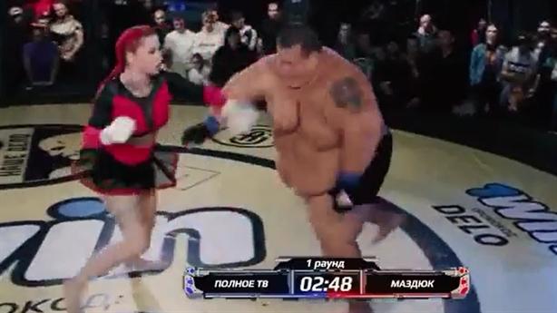 Nữ võ sĩ 63kg đánh bại nam võ sĩ khổng lồ
