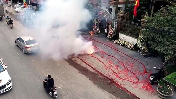 Chú rể đốt pháo trong ngày cưới: 'Muốn đốt cho vui'